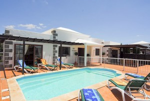 Villa in Playa Blanca with gated pool